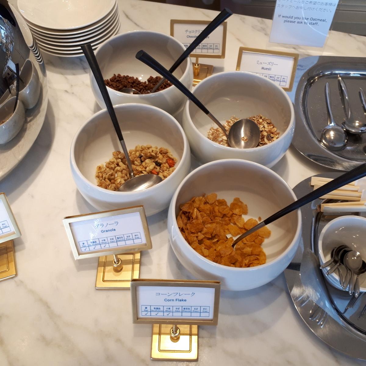 シェラトングランデオーシャンリゾート クラブラウンジ 朝食サービス コーンフレーク グラノーラ ミューズリー チョコクリスピー