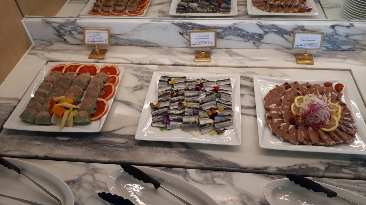 シェラトングランデオーシャンリゾート クラブラウンジ カクテルタイム ほうれん草と鶏肉のテリーヌ さんまの柚子風味 パテ・ド・カンパーニュ